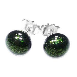 Groene glazen oorstekers gemaakt van donkergroen glas met een hele subtiele schittering in het glas.