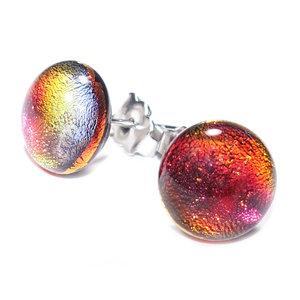 Oorbellen van speciaal iriserend glas dat verkleurd van kleur