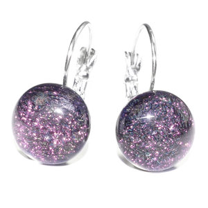 Korte paarse oorbellen met handige klaphaakjes. Handgemaakt in eigen atelier.