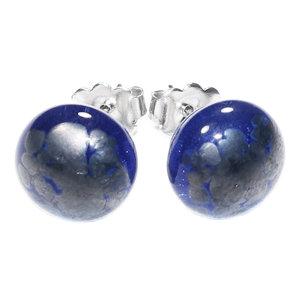 Heldere blauwe oorknopjes met zilver/grijze accenten in het glas.