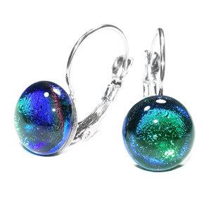 Korte smaragd groene oorbellen met blauwe gloed. Korte oorbellen met klaphaken.