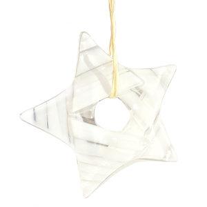 Heldere glazen ster met witte accenten in het glas! Exclusieve kerst decoratie om op te hangen