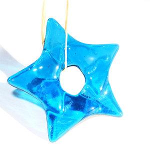 Heldere blauwe kerstster van prachtig aquablauw glas!