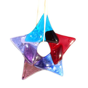 Glazen kerst ster van rood, paars, blauw en lila glas.