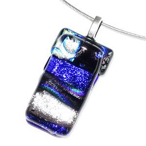 Glashanger van luxe blauw en zilver gekleurd dichroide glas.
