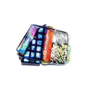Handgemaakte glazen speld van kleurrijk dichroide glas. Glasfusing speld uit eigen atelier.