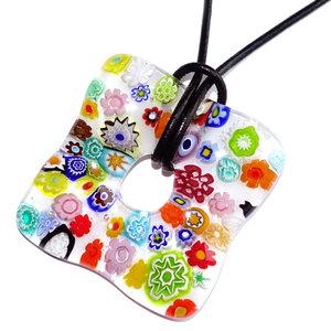 Kleurrijke heldere glashanger met prachtige gekleurde millefiori figuren.
