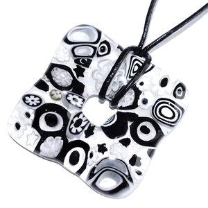 Handgemaakte zwart-witte vierkante glashanger met millefiori figuren in het glas.