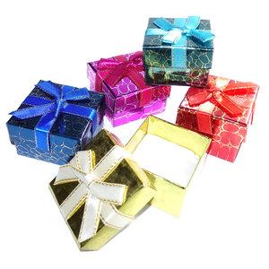 Kleurrijke cadeaudoosjes met lint en strik. Geschenkverpakking voor sieraden, geschikt voor een ring.