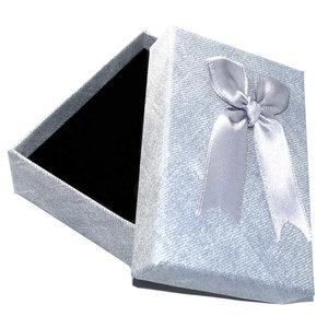 Luxe zilvergrijs cadeaudoosje met strik. Afm. 9 x 6 x 2,8 cm. Kleur: zilvergrijs.