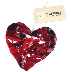 Rood glazen hart gemaakt van helder glas in rood tinten. Kleurrijk hart raamhanger van glas, decoratie voor de muur, ramen of t