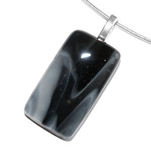 Glashanger gemaakt van zwart en wit glas. Ketting hanger uit eigen atelier.