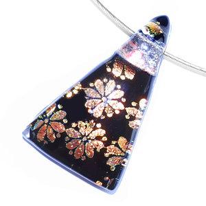 Glashanger van zwart glas met oranje-koperkleurige bloemen.