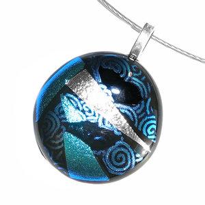 Ronde glas hanger van prachtige blauwe en zilverkleurige glassoorten.