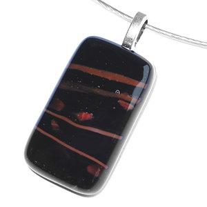 Zwart met rode hanger van glas voor aan een ketting. Glasfusing sieraad uit eigen atelier.