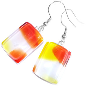 Lange glazen oorbellen gemaakt van wit glas met rode en gele accenten!