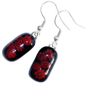 Zwart met rode lange oorbellen gemaakt van speciaal millefiori glas. Unieke glasfusing oorhangers