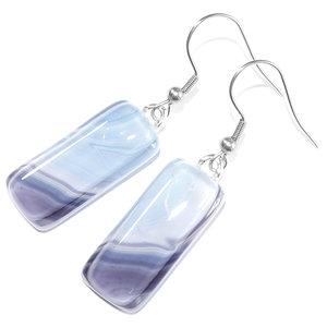 Lange glazen oorbellen gemaakt van bijzonder glas in een verloop van blauw naar lila tinten. Glasfusing uit eigen atelier.