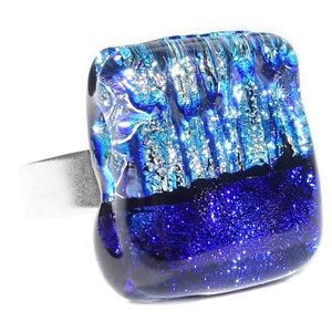 RVS edelstaal ring met luxe dichroide glazen cabochon in blauw tinten.
