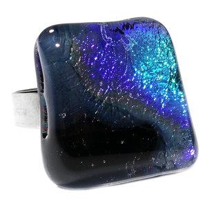 RVS edelstaal ring met luxe dichroide glazen cabochon van speciaal glas dat verloopt van zwart naar blauw.