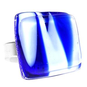 Hoogwaardige edelstaal ring met wit en blauw glas.