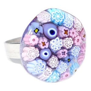 Glazen ring met fraaie gedetailleerde millefiori bloemetjes in roze, lila en blauwe kleuren! Handgemaakt in eigen atelier van M