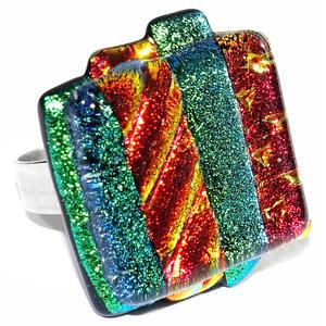 Exclusieve RVS ring met speciaal glas in groen en rode kleuren. Afm. glazen cabochon ca. 2 x 2,2 cm.