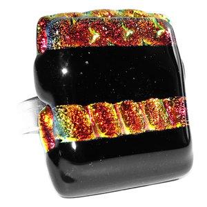 Handgemaakte glazen ring met rode en zwarte stroken van speciaal glas. Afm. glazen cabochon ca. 2,2 x 2,2 cm.