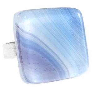 Edelstaal ring met glaskunst cabochon van blauw en lila gekleurd glas.