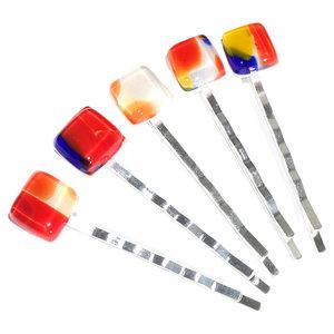 Handgemaakte haarschuifjes met rood, geel en blauw glas. Zilverkleurige schuifjes met glaskunst. Set van 5