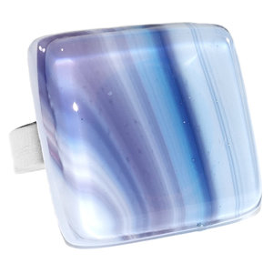 Handgemaakte edelstaal ring met glaskunst cabochon van blauw en paars gestreept glas.