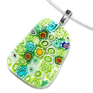 Groene glas hanger met allerlei kleine gedetailleerd bloemen en sterren in het glas!