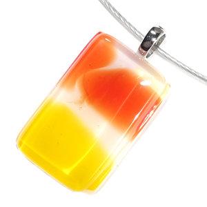 Handgemaakte glashanger van wit glas met rode en gele accenten