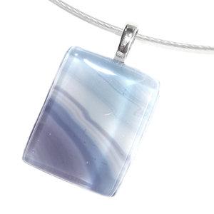 Unieke kettinghanger van prachtig lila-paars en blauw glas. Ketting hanger gemaakt met de glasfusing techniek.