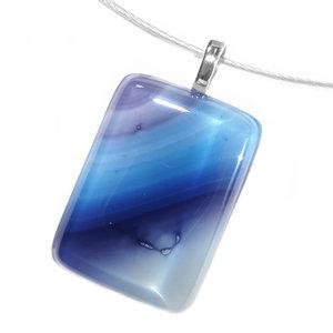 Tijdloze glazen hanger van prachtig gekleurd glas met blauw en paars tinten.