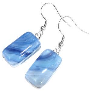 Lange glazen oorbellen gemaakt van prachtig blauw glas. Glasfusing uit eigen atelier.