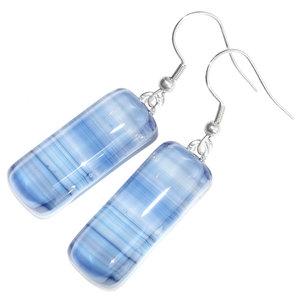 Gestreepte blauwe oorbellen van speciaal blauw gestreept glas. Handgemaakt in eigen atelier.