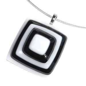 Moderne glazen hanger van zwarte en witte laagjes glas gestapeld.
