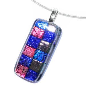 RVS kettinghanger. Glasfusing van zwart glas met vlakken in paarse, roze en blauwe kleuren.