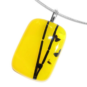Gele glashanger met zwarte accenten voor aan een ketting. Glasfusing sieraad uit eigen atelier.
