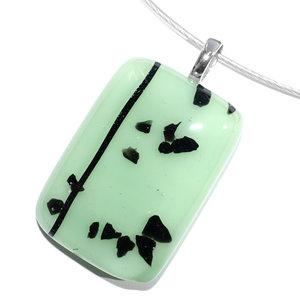 Handgemaakte mint glas hanger met zwarte accenten.