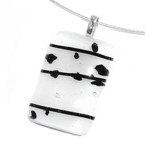 Handgemaakte wit met zwarte glashanger van speciaal glas. Glazen hanger voor aan een ketting
