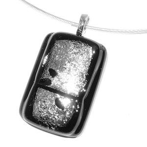 Zwart met zilveren glashanger gemaakt van speciaal glas met een mooie gloed!