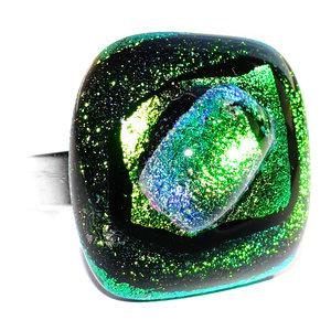 Handgemaakte glazen ring van groen glas met speciale gloed.