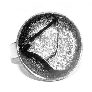 Exclusieve RVS ring met luxe zilver dichroide glazen cabochon.