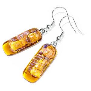 Heldere amber-gele oorbellen met bovenop een heldere iriserende laag met een subtiele blauw-roze gloed.