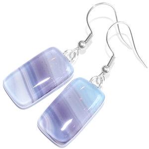 Glazen oorbellen gemaakt van paars, lila en blauw gestreept glas. Glasfusing uit eigen atelier.