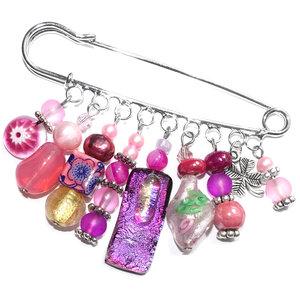 Unieke roze kralen speld. Handgemaakte broche met diverse roze (glas)kralen!
