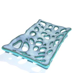 Opengewerkte glazen schaal van lichtblauw met grijs glas. Glasfusing schaal uit eigen atelier.