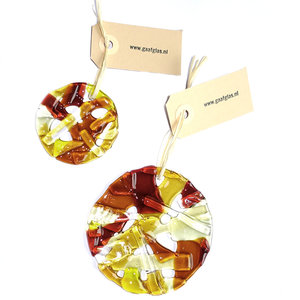 Set van 2 ronde raamhangers. Handgemaakt in eigen atelier van bruin, amber-geel en lichtgeel glas. Glazen decoratie om op te ha